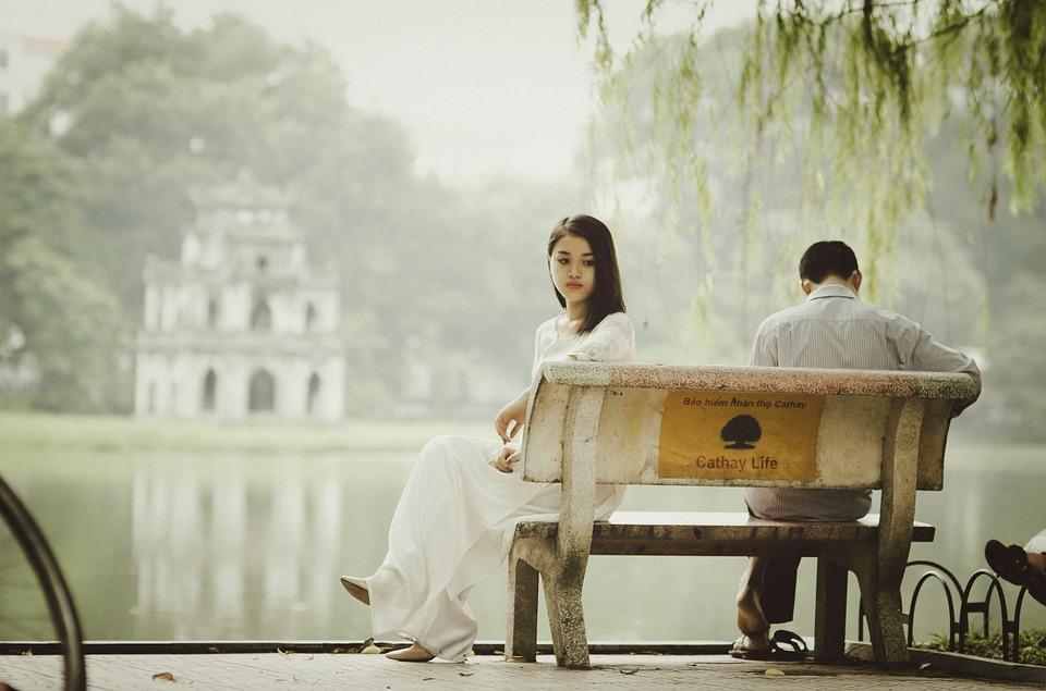 ベンチのカップル