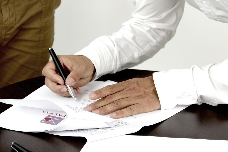文書にサイン